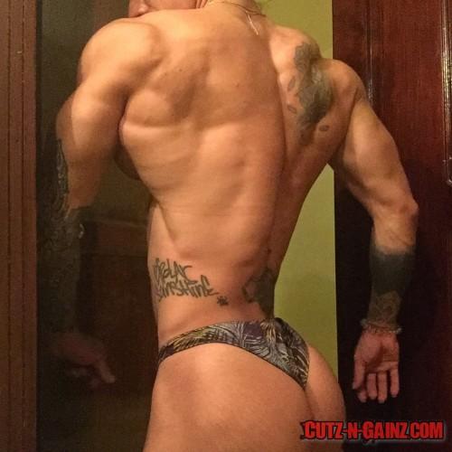 Bodybuilderin Hülda Lopéz zeigt starke Muskeln und Tattoos