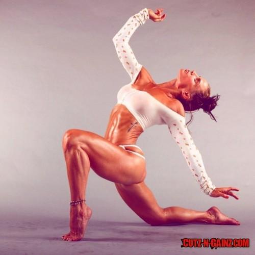Mandy Blank, Fitnessmodel und Personal Trainer der Stars, zeigt sexy Muskeln